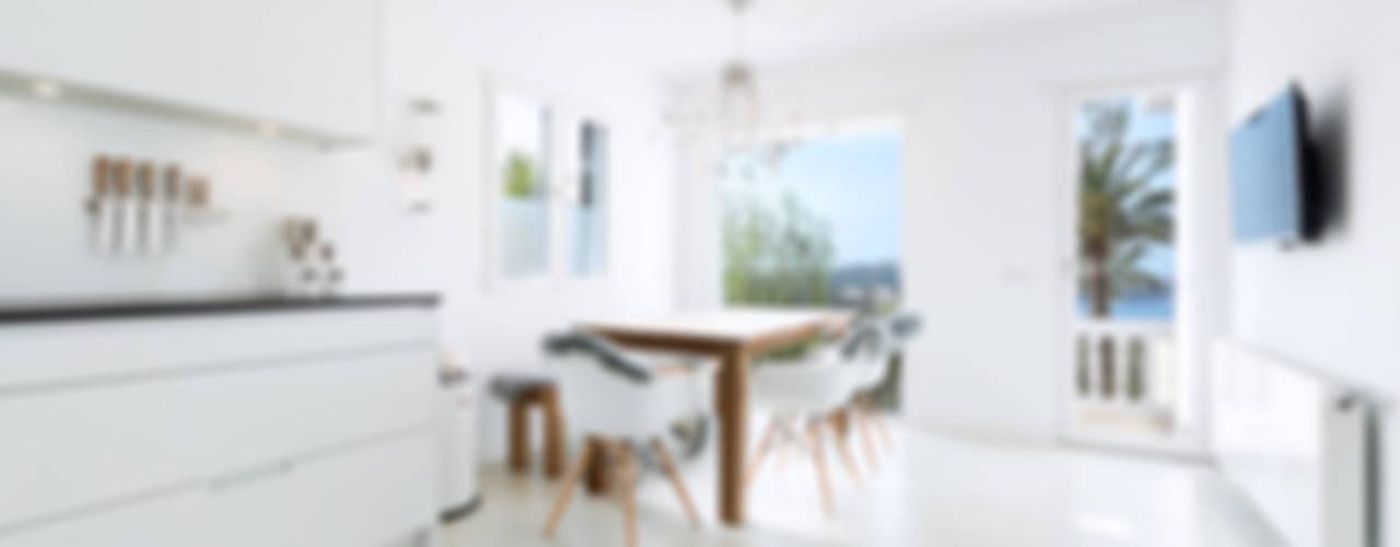 Cucina minimalista di ISLABAU constructora Minimalista