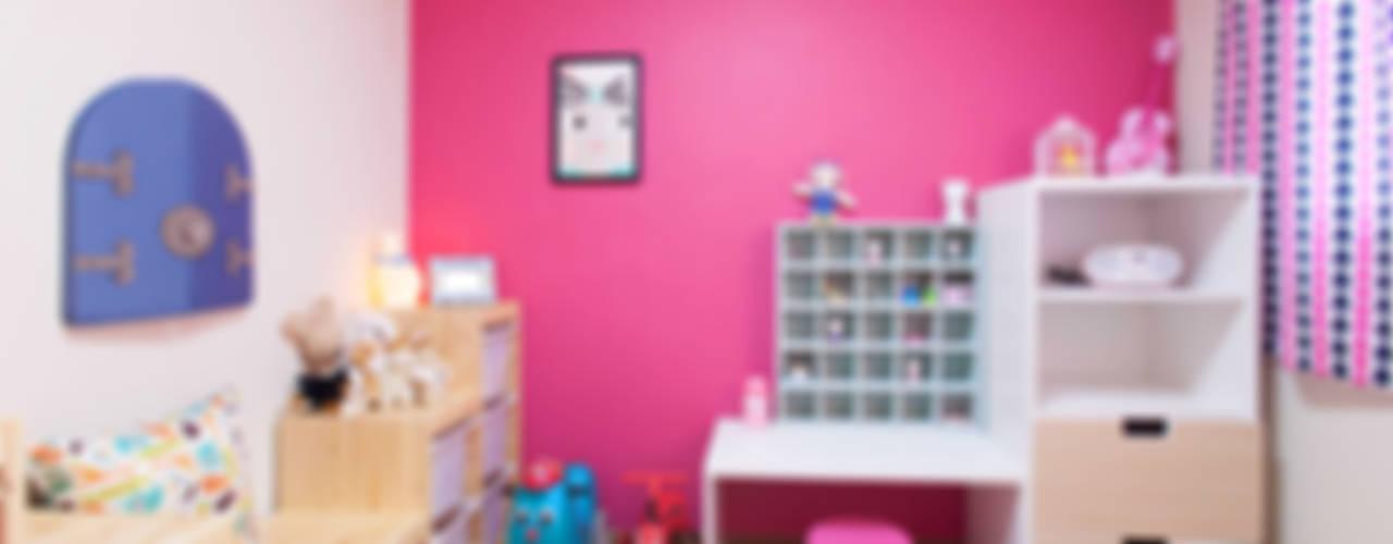 핫핑크 벽면에 내추럴한 가구가 어우러진 아이방: LYCKA interior & styling의  아이방