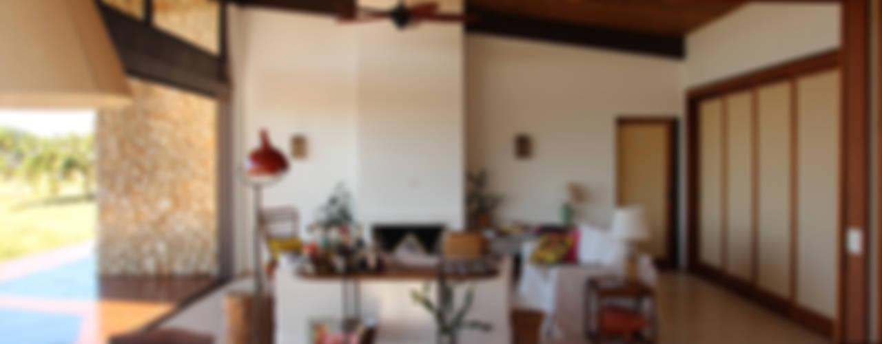 Salas de estar campestres por Ambienta Arquitetura Campestre