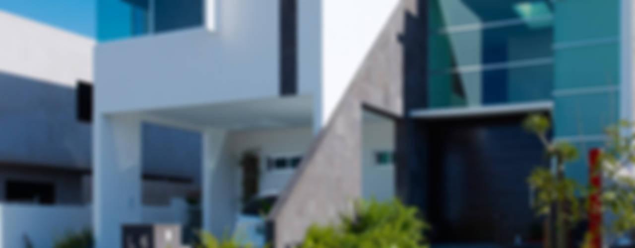 RESIDENCIA ROBLEDO Casas modernas de Excelencia en Diseño Moderno