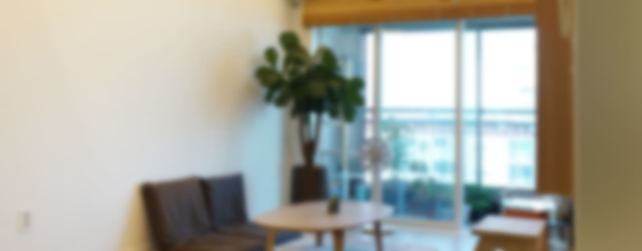 H 아파트 17평형 리모델링 ( 다락과 고양이): IDÉEAA _ 이데아키텍츠의  거실,모던