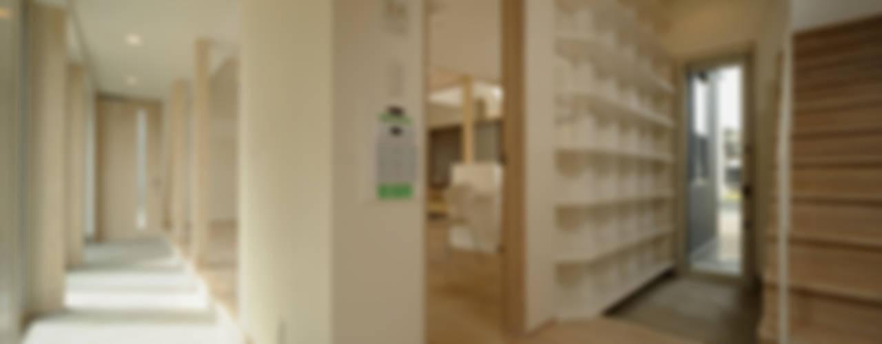 에클레틱 복도, 현관 & 계단 by フクシアンドフクシ建築事務所 에클레틱 (Eclectic)