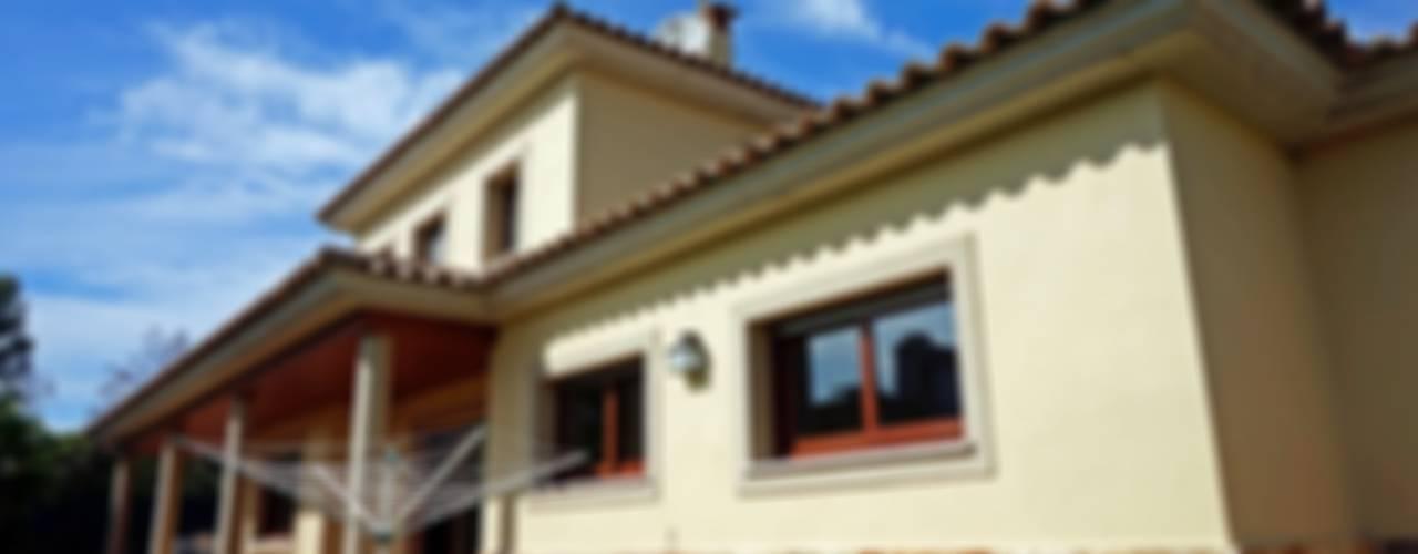 Casas de estilo  por Construccions Cristinenques, S.L.
