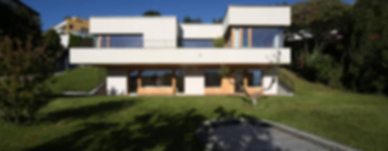 Einfamilienhaus über der Stadt:  Häuser von U1architektur