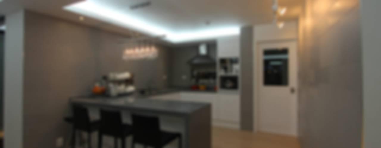 실용적인 수납과 공간활용 32py: 홍예디자인의  주방,모던