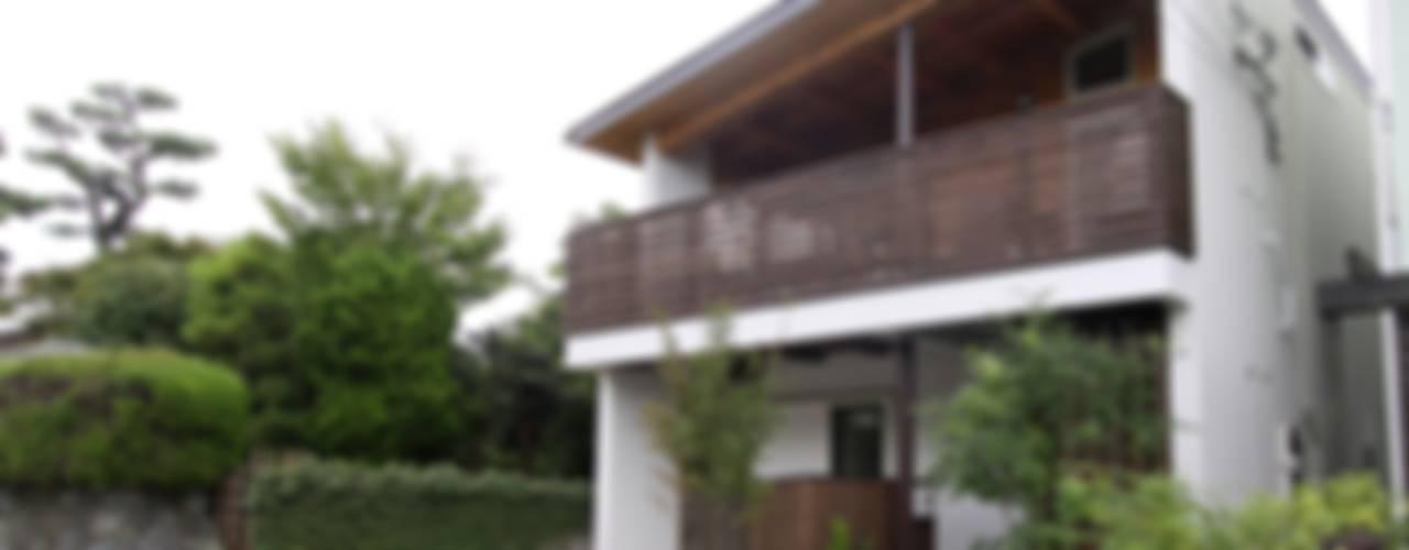 回廊テラスで緑と接する2世帯住宅: アトリエグローカル一級建築士事務所が手掛けた家です。,北欧