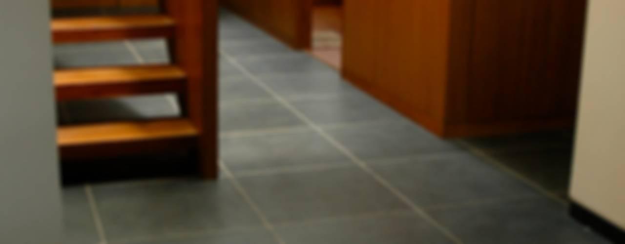 Azjatycki korytarz, przedpokój i schody od KIRON CHEERLA ARCHITECTURE Azjatycki