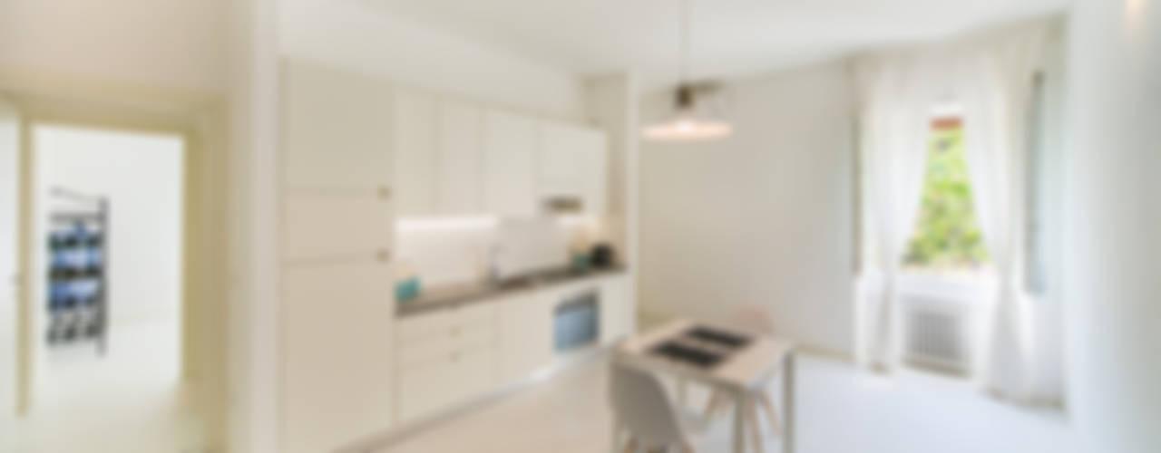 LA SCATOLA NELLA SCATOLA PADIGLIONE B Cucina minimalista Legno Bianco
