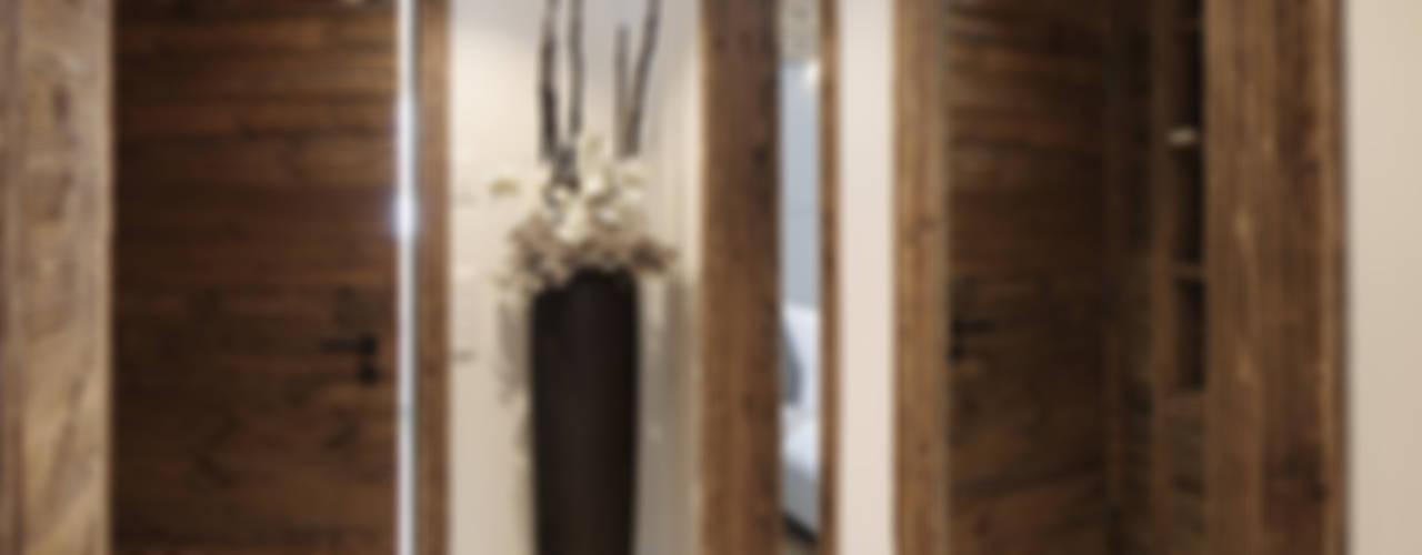 Rustykalny korytarz, przedpokój i schody od homify Rustykalny