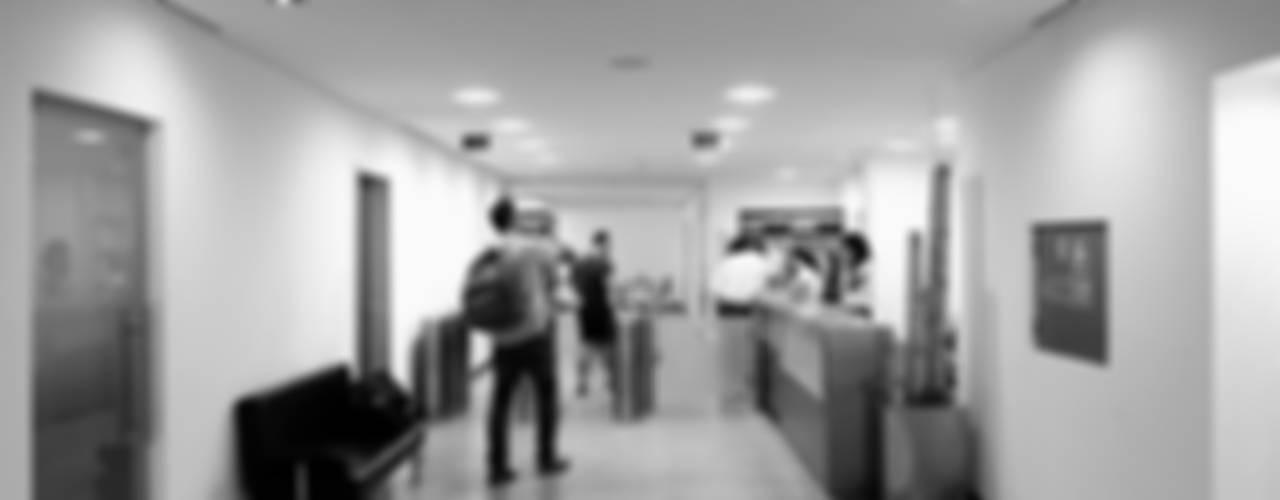 Remodelação dos espaços sociais do TONIK Health Club : Ginásios  por Estúdio AMATAM