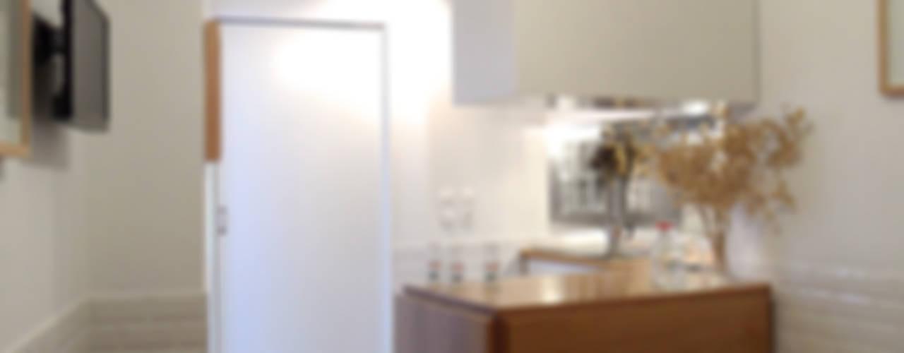 Remodelação T1 para Alojamento Local . Alfama: Cozinhas  por BL Design Arquitectura e Interiores,