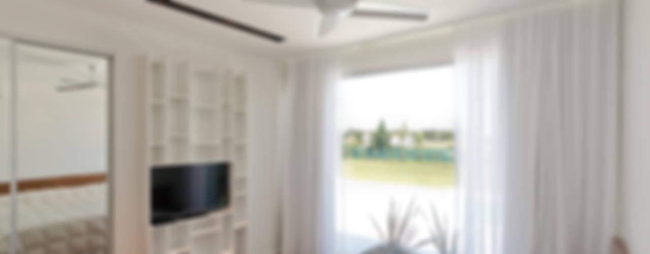 Casa C Puerto Roldan: Dormitorios de estilo  por VISMARACORSI ARQUITECTOS