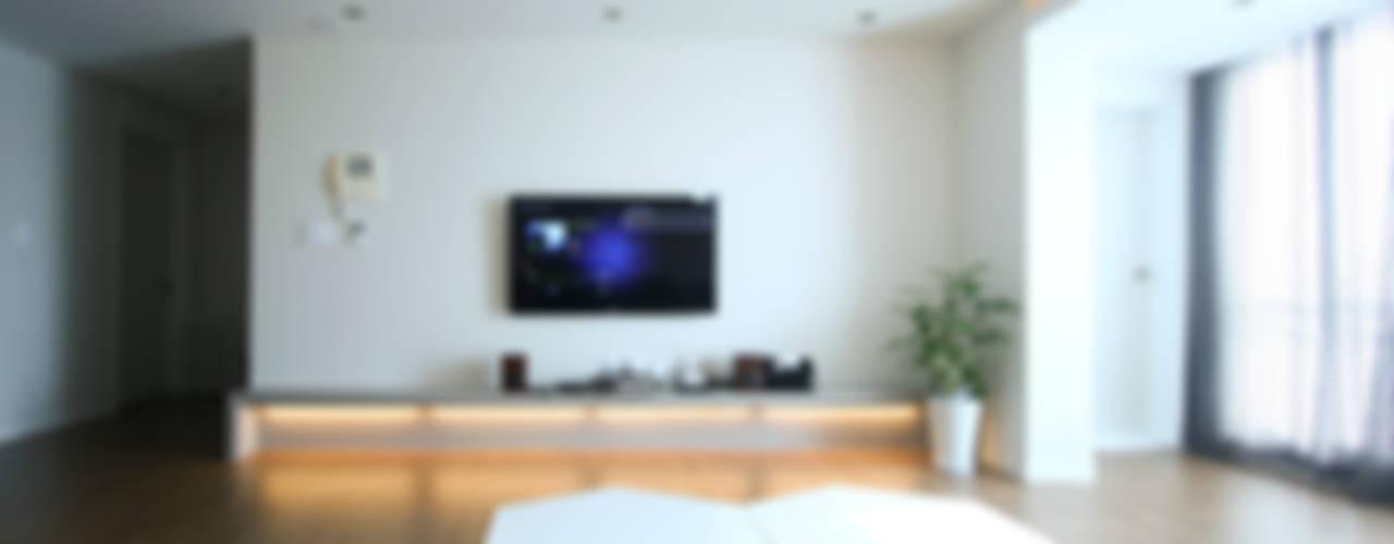 은은하고 심플한 럭셔리 하우스_31py 모던스타일 거실 by 홍예디자인 모던