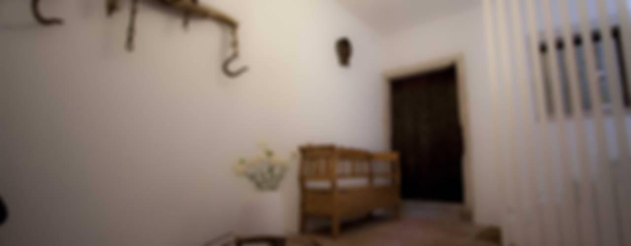 Riqualificazione e arredo casa privata Ingresso, Corridoio & Scale in stile moderno di Studio HAUS Moderno