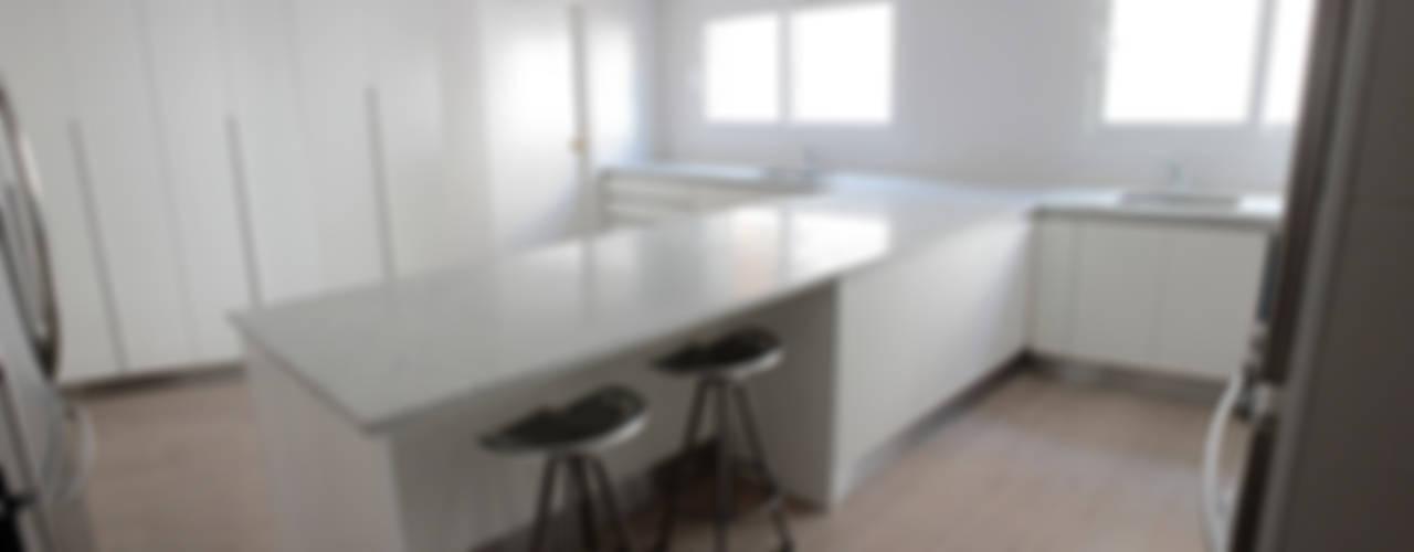 Departamento Cavia Cocinas modernas: Ideas, imágenes y decoración de DDC.ARQ Moderno