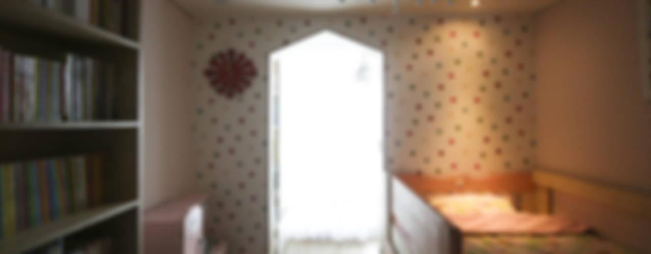 아이셋과 부모님이 함께 사는 집_48py: 홍예디자인의  아이방,모던
