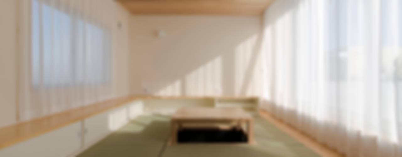 Living room by 有限会社 宮本建築アトリエ,
