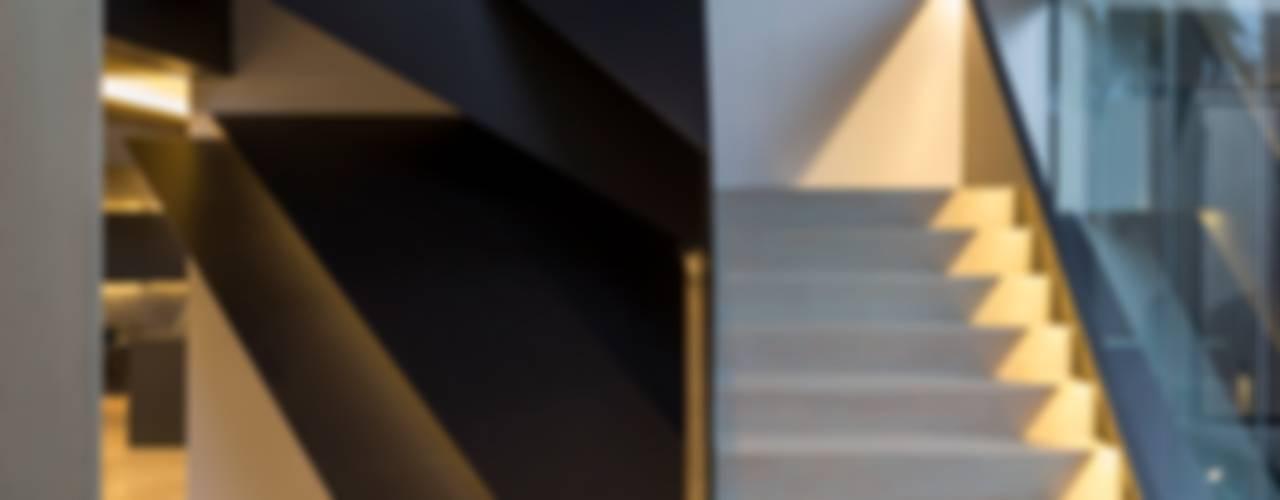 Pasillos y vestíbulos de estilo  por Nico Van Der Meulen Architects