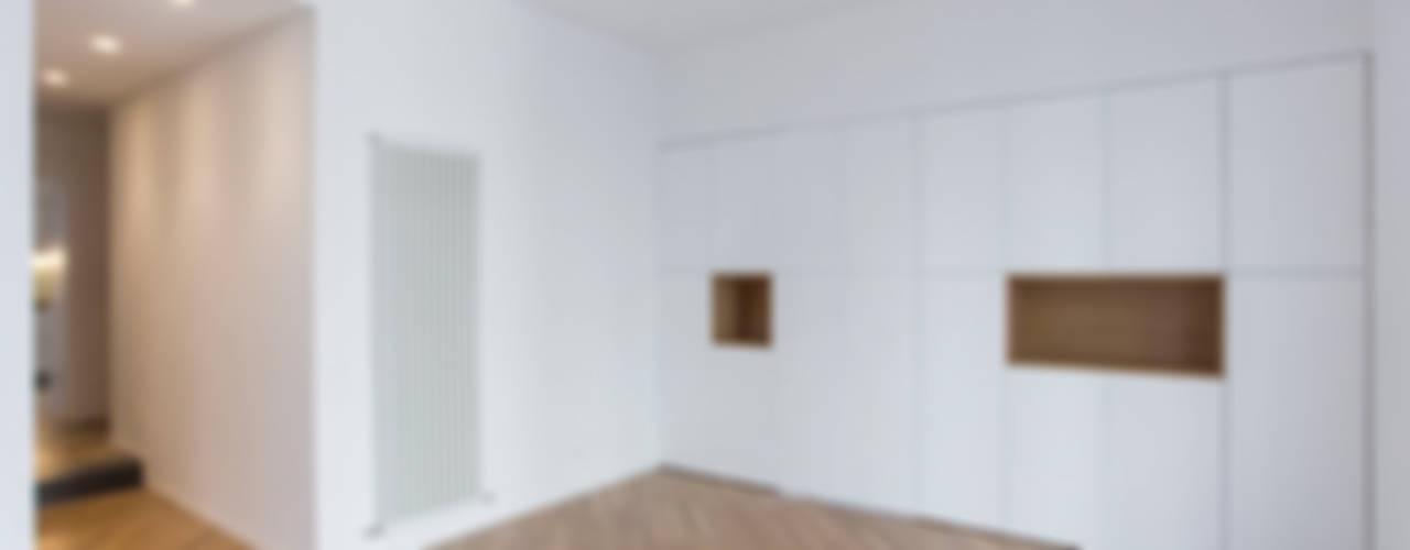 CASA AF Pareti & Pavimenti in stile moderno di AM3 Architetti Associati Moderno