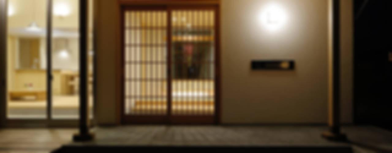 Modern corridor, hallway & stairs by 株式会社kotori Modern