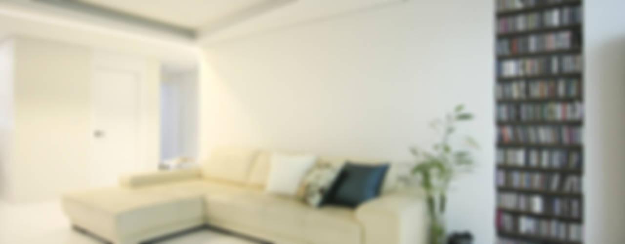 고가구의 적절한 배치, 오리엔탈 느낌의 32py 인테리어: 홍예디자인의  거실,한옥