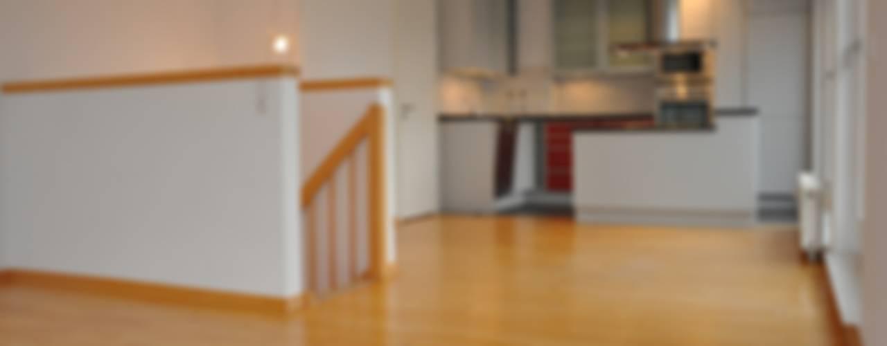 3-Zimmer-Maisonette-Wohnung in Hamburg-Marienthal Moderne Esszimmer von Optimmo Home Staging Modern