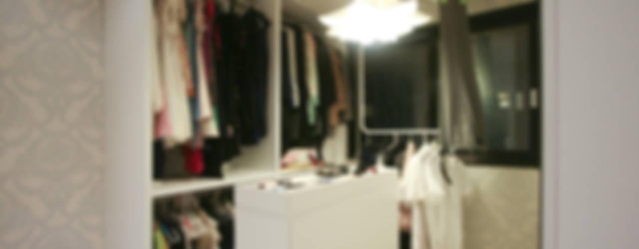 반짝이는 드레스룸과 대면형 주방인테리어_30py 모던스타일 드레싱 룸 by 홍예디자인 모던