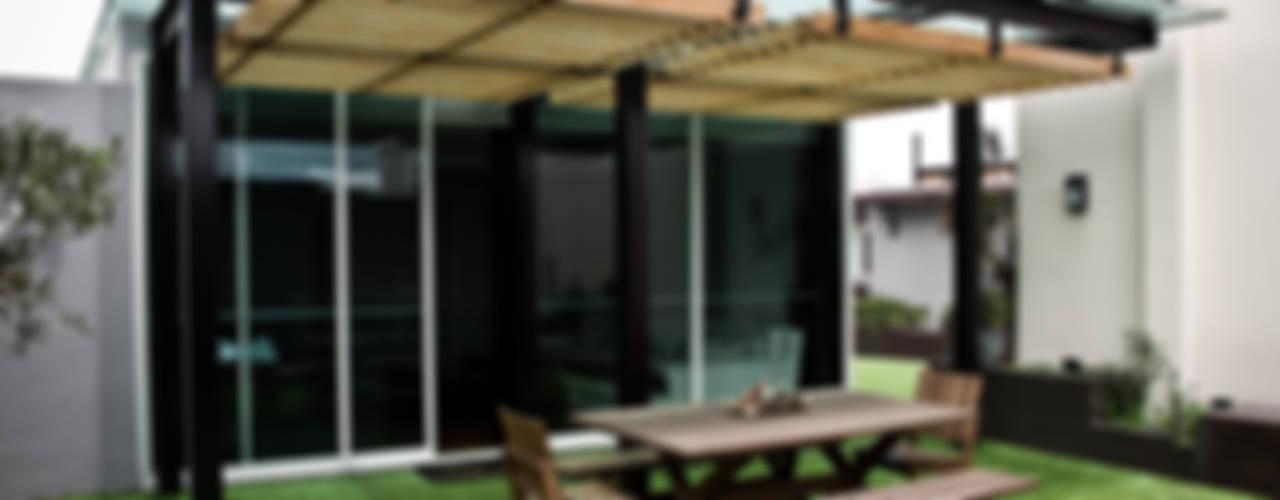 Balcones y terrazas modernos: Ideas, imágenes y decoración de STUDIOROCA Moderno