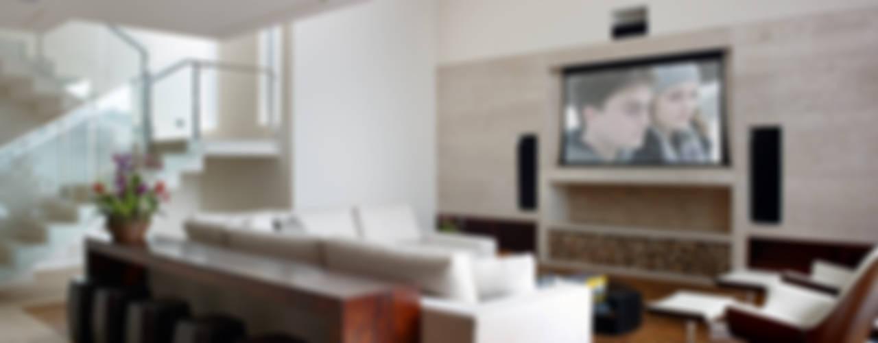Salas multimedia de estilo moderno por Márcia Carvalhaes Arquitetura LTDA.