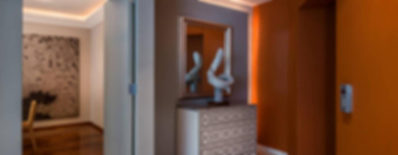 Residencia Toronjos: Pasillos y recibidores de estilo  por Olivia Aldrete Haas