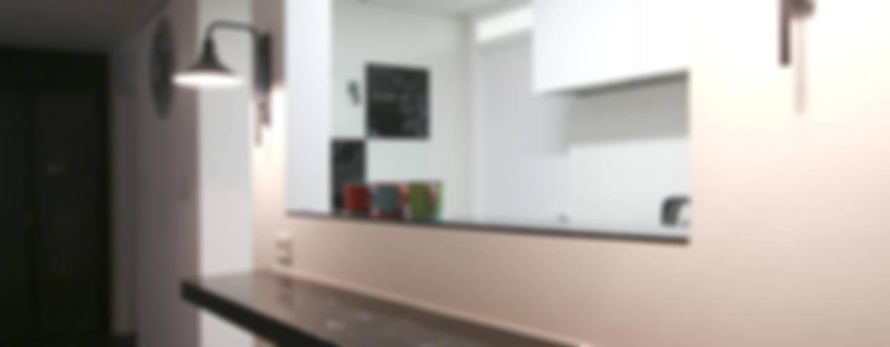 아내가 꿈꾸는 공간, 다이닝룸과 드레스룸이 예쁜 32py 모던스타일 주방 by 홍예디자인 모던
