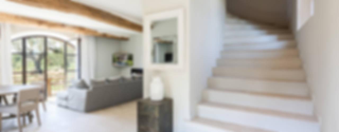 Pasillos, vestíbulos y escaleras de estilo mediterráneo de PASSAGE CITRON Mediterráneo
