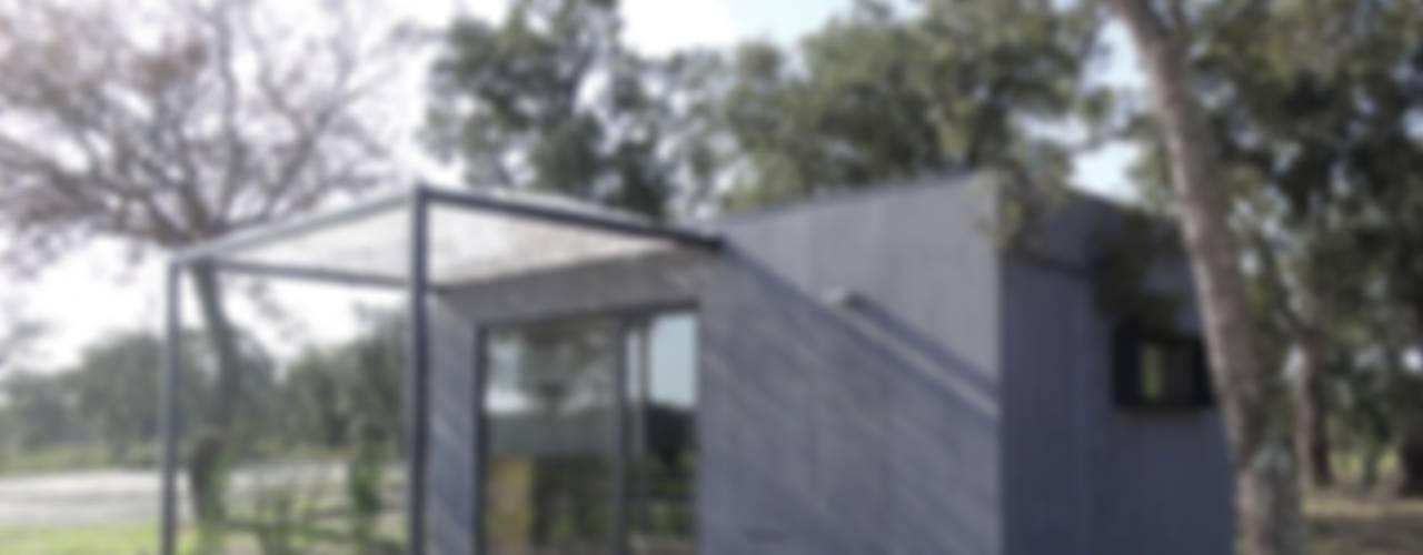 TreeHouse Spot Case in stile minimalista di Plano Humano Arquitectos Minimalista