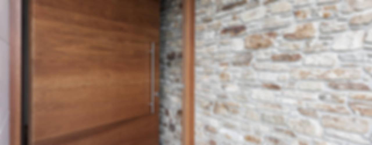 Puertas principales de estilo  por AD+ arquitectura