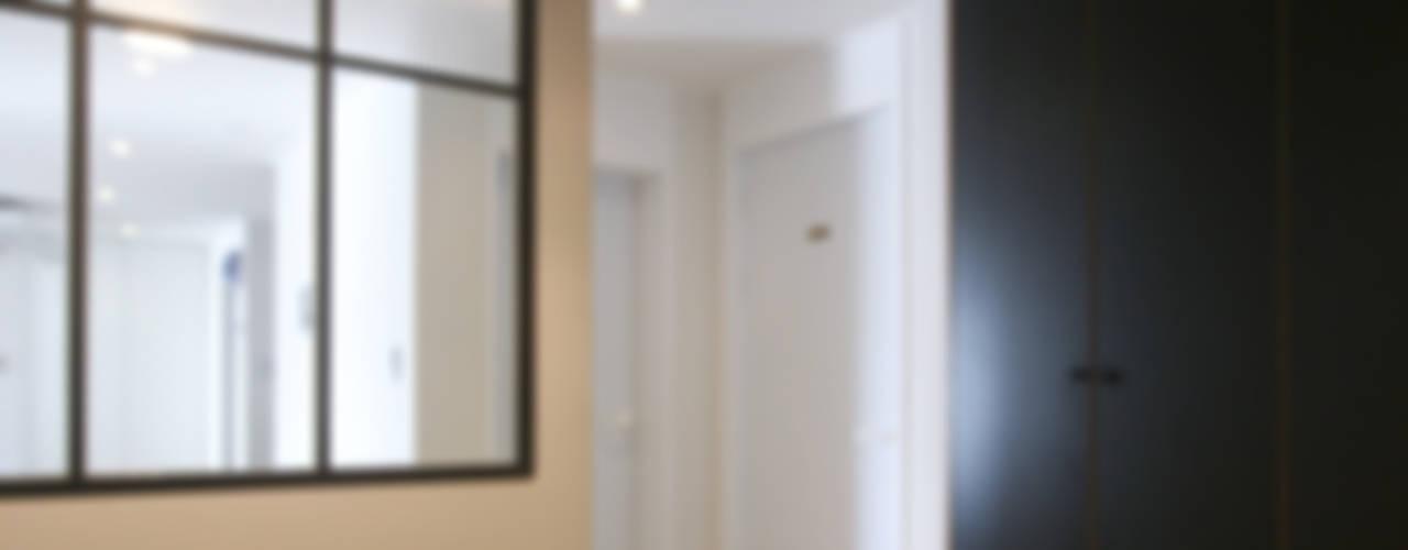 120인치 스크린이 우리집 거실에, 40py 모던한 인테리어 모던스타일 복도, 현관 & 계단 by 홍예디자인 모던