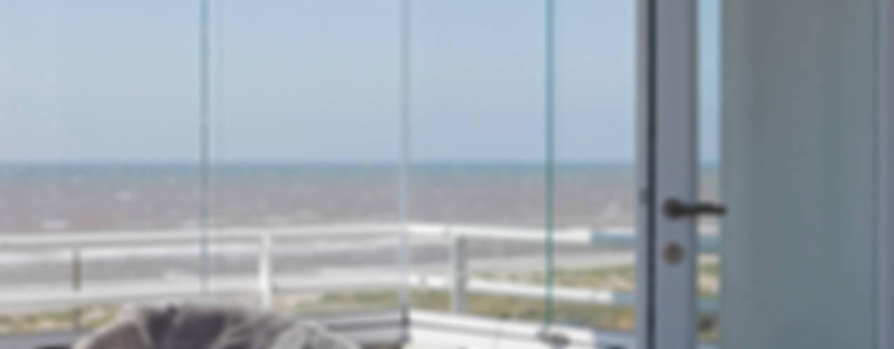 Appartement aan Zee :  Terras door Grego Design Studio,