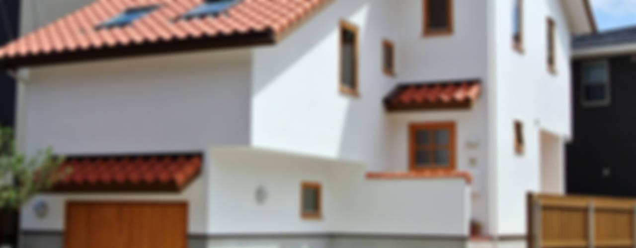 敷地の段差解消 x コンパクト都市型住宅 = スキップフロアの家: 株式会社 ヨゴホームズが手掛けた家です。
