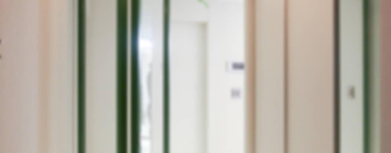 4인가족이 사는 화이트톤의 깔끔한 집_32py: 홍예디자인의  복도 & 현관