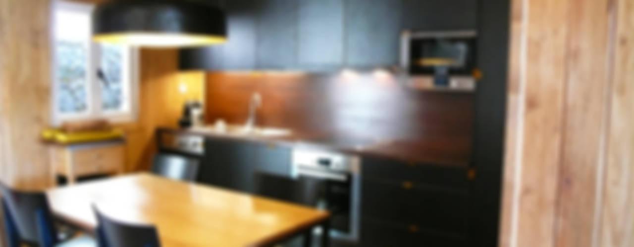 Casa no Gerês: Cozinhas  por LOFTAPM II DESIGN DEC INTERIORES LDA