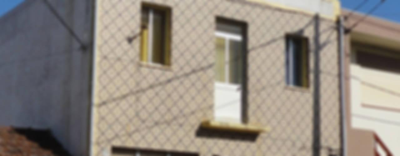 Casa das riscas brancas por GAAPE - ARQUITECTURA, PLANEAMENTO E ENGENHARIA, LDA Eclético