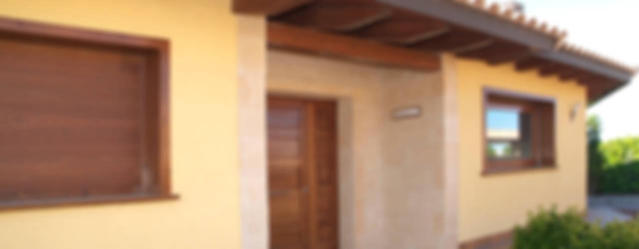 Casa con estructura de madera SCS RIBA MASSANELL S.L. Casas de estilo mediterráneo Piedra