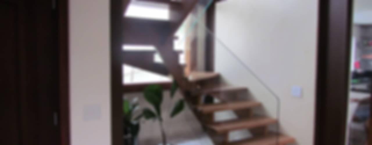 Pasillos, vestíbulos y escaleras modernos de Ana Donadio Arquitetura Moderno