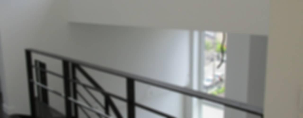 Surélévation d'un immeuble collectif Couloir, entrée, escaliers minimalistes par Paula Bianco Minimaliste