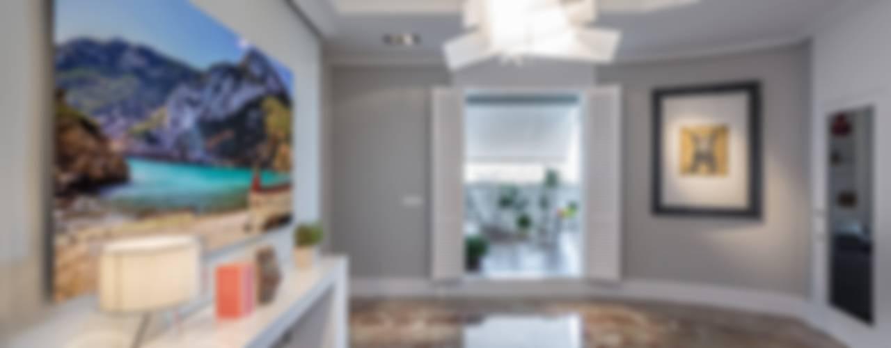 LUZ NATURAL PARA UN CÉNTRICO ÁTICO Pasillos, vestíbulos y escaleras de estilo ecléctico de Laura Yerpes Estudio de Interiorismo Ecléctico