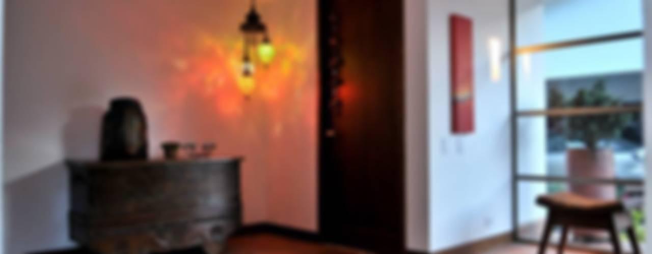 Pasillos, vestíbulos y escaleras de estilo clásico de WVARQUITECTOS Clásico