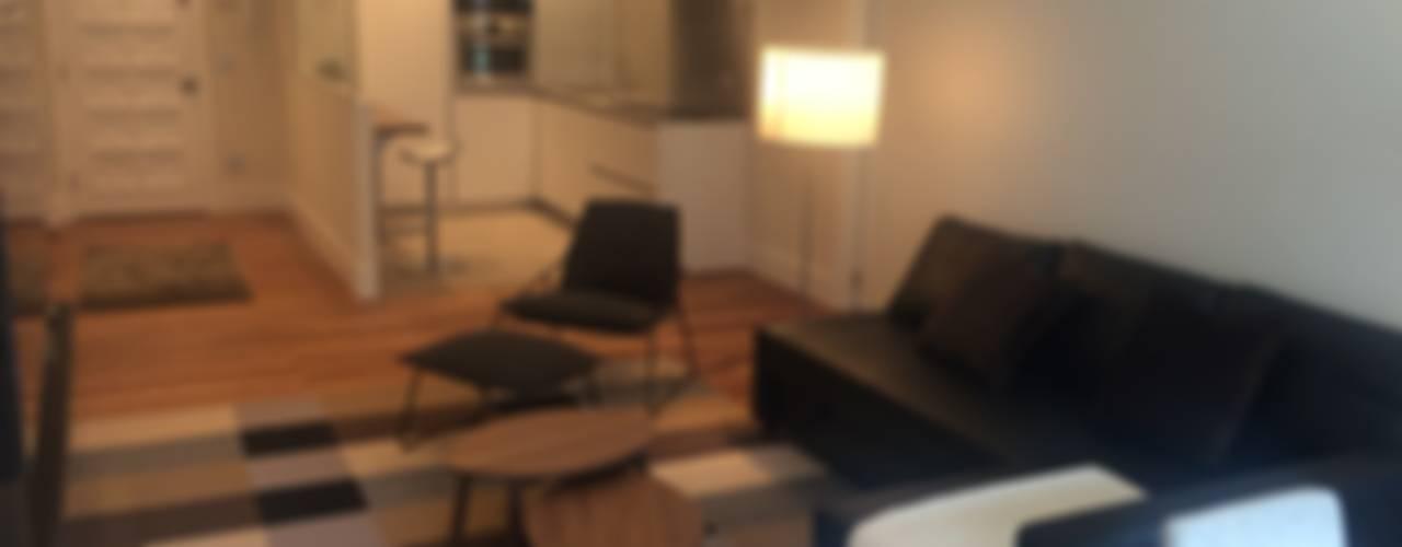 REFORMA Y DECORACIÓN DE UN APARTAMENTO A CAPRICHO EN PLENO CENTRO DE SAN SEBASTIAN Salones de estilo moderno de EKIDAZU Moderno