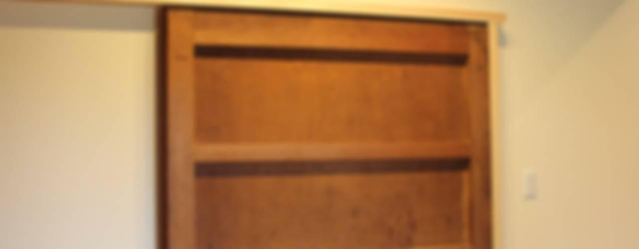「曲がり土間の家」: 尾脇央道(重川材木店)が手掛けた窓です。