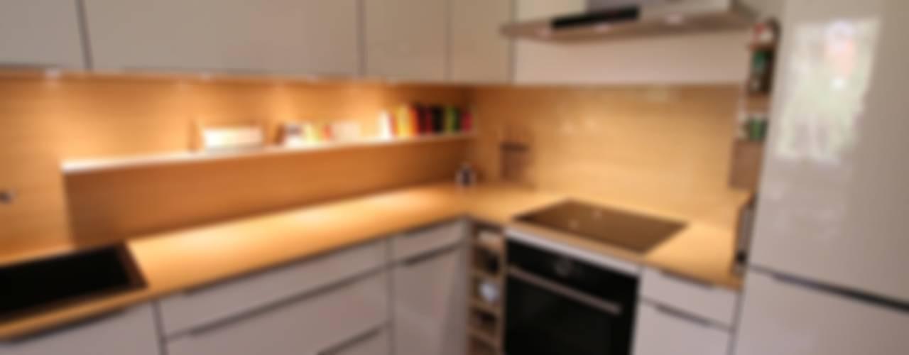 Кухня в стиле модерн от Schreinerei Möbel - Holzsport Häupler Модерн