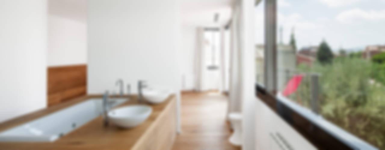 HOUSE FOR A MUSICIAN AND A DANCER Baños de estilo moderno de Alex Gasca, architects. Moderno