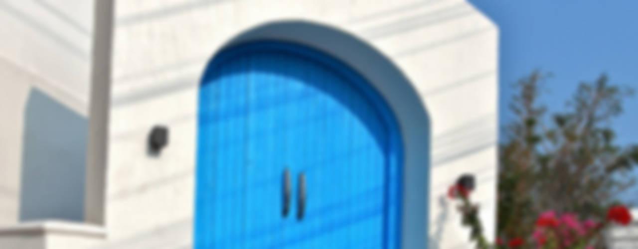 The Blue Door:  Terrace by Saloni Narayankar Interiors,